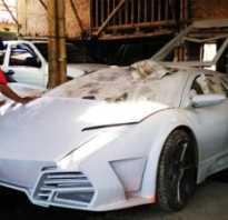 Индонезиец в сарае изготавливает суперкары